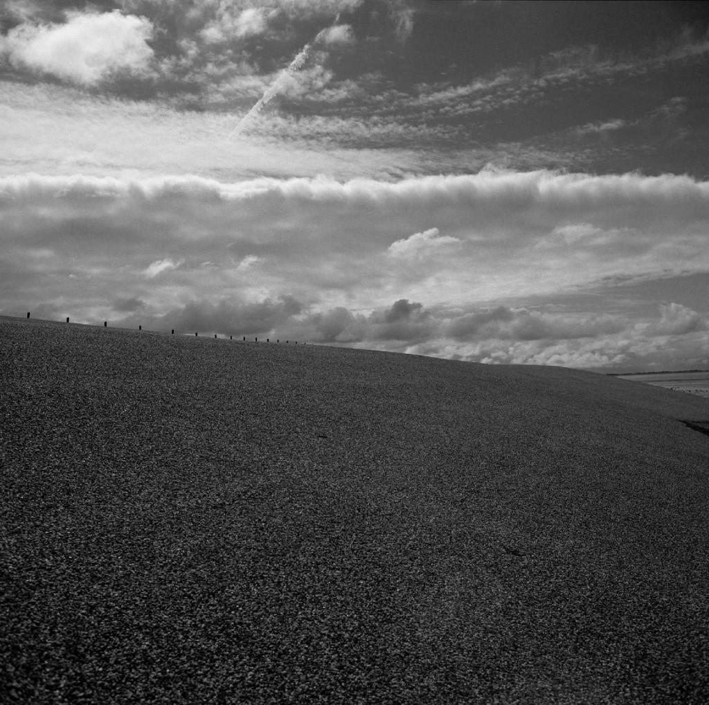 Breed asfalt, witte wolken